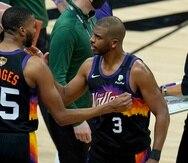 Mikal Bridges (25) celebra con Chris Paul (3) la victoria de los Suns en el segundo juego de las Finales.