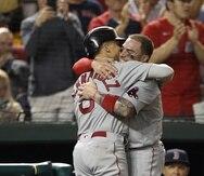 Kike Hernández y Christian Vázquez, estelares de los Red Sox de Boston, ganadores del partido de comodines de la Liga Americana contra los Yankees.