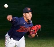 El pitcher de los Twins de Minnesota, José Berríos, lanza durante la primera entrada del juego de las Grandes Ligas contra los Astros de Houston.