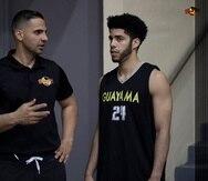 El nuevo dirigente de los Brujos, Erick Rodríguez, junto al armador debutante Jordan Howard, durante una práctica. (Twitter.com / Brujos de Guayama)