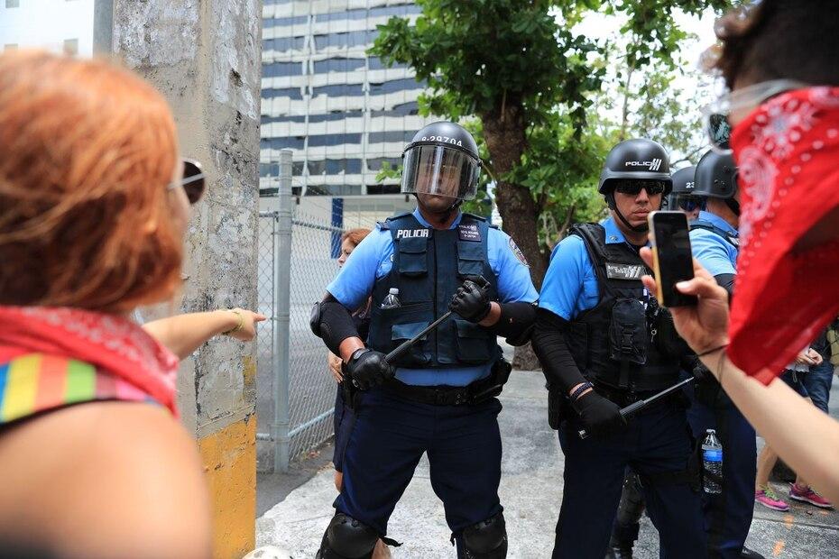 Altercado entre manifestantes y oficiales de Operaciones Tácticas.