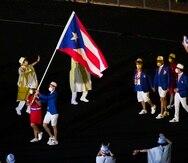 Adriana Díaz y Brian Afanador entran al Estadio Olímpico al frente de la delegación nacional.