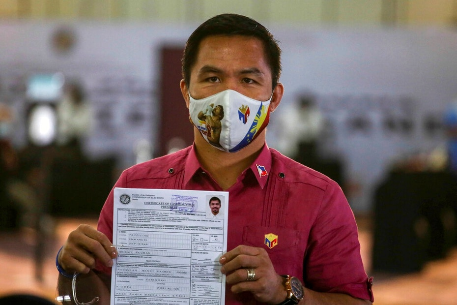 Tras anunciar su retiro, Pacquiao muestra el certificado de su candidatura para las elecciones presidenciales de 2022 de Filipinas.