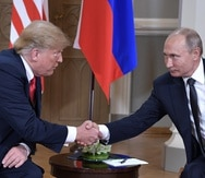 Los presidentes de Estados Unidos, Donald Trump, y de Rusia, Vladimir Putin, se estrechan la mano durante su primera cumbre formal celebrada en el Palacio Presidencial de Helsinki, Finlandia. (EFE)