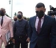 Jensen Medina, al centro, llega al tribunal de Fajardo acompañado de sus abogados.
