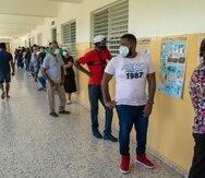 ACOMPAÑA CRÓNICA: R.DOMINICANA ELECCIONES STO01. SANTO DOMINGO (REPÚBLICA DOMINICANA), 05/07/2020.- Personas esperan ingresar a un centro de votación durante las elecciones presidenciales y legislativas, este domingo en Santo Domingo (República Dominicana). Cerca de 8 millones de dominicanos eligen al sucesor del mandatario Danilo Medina, en las primeras elecciones presidenciales que se celebran en América Latina desde el inicio de la pandemia por coronavirus. Los contagiados por COVID-19 en el país aumentaron a 37.425, mientras que los fallecimientos totalizan 794. EFE/ Francesco Spotorno