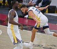 Stephen Curry (30), de los Warriors de Golden State, corre para festejar un triple ante los Cavaliers de Cleveland.
