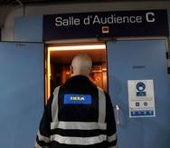 Un empleado de Ikea entra a un tribunal en Versalles, en las afueras de París.