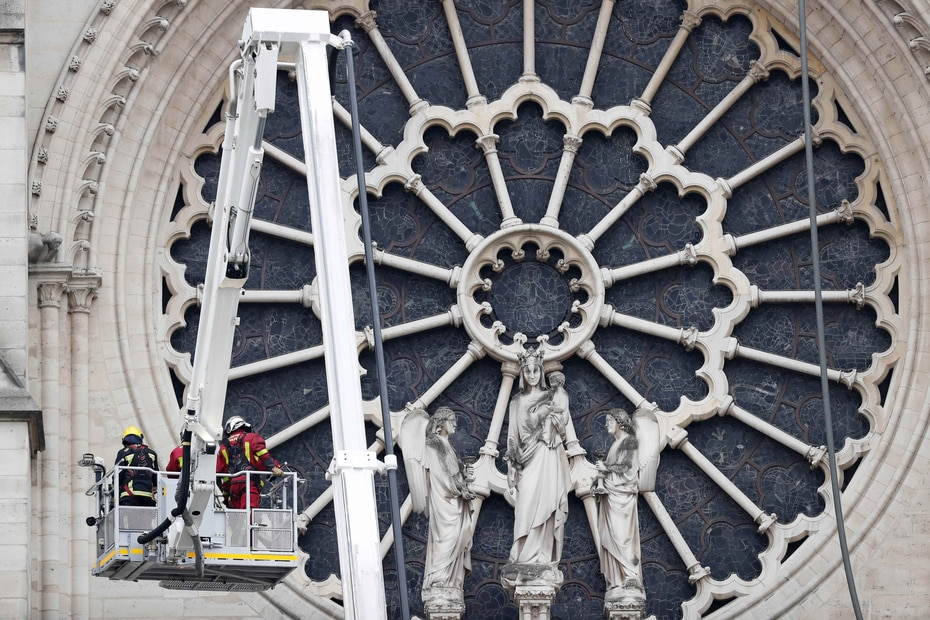 """Los tres rosetones que representan las flores del paraíso, construidos en el siglo XIII al mismo tiempo que el conjunto del edificio, se han visto afectados, pero """"aparentemente no han sufrido daños catastróficos"""", según Riester."""