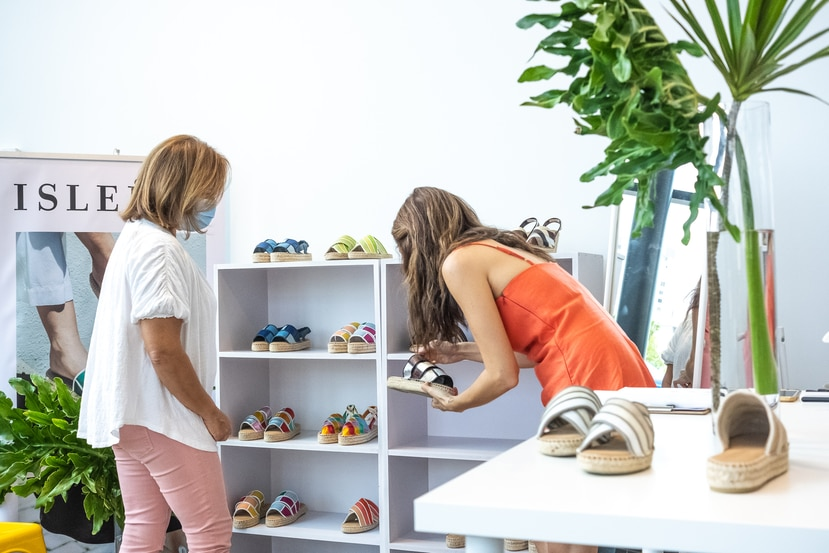 Durante el evento a celebrarse en el Museo de Arte y Diseño de Miramar, las personas podrán adquirir mercancía diseñada en Puerto Rico, incluyendo ropa de mujeres y caballeros, zapatos, joyería, trajes de baño y artículos de cuidado personal, entre otros.