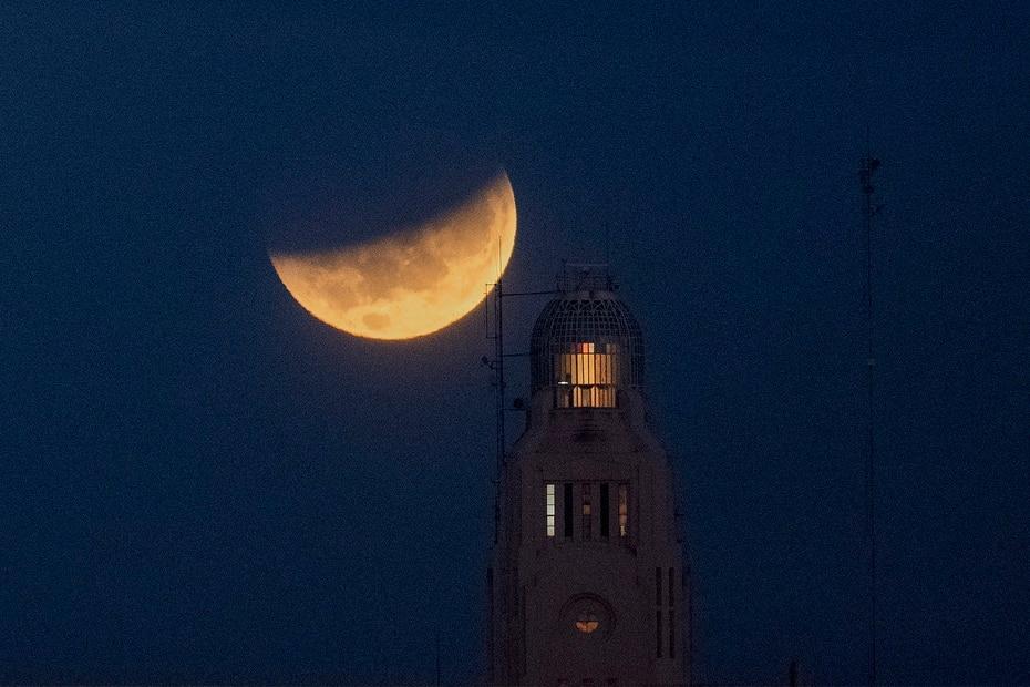 La luna se detiene tras el puerto de Montevideo, Uruguay.