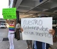 Algunos de los manifestantes que llegaron hasta La Fortaleza portaban cartelones.