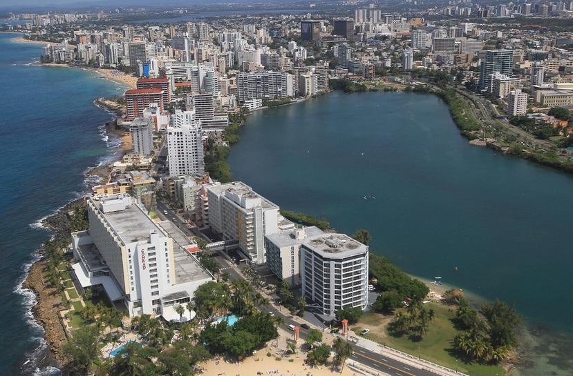 Expertos consultados por recinto de Mayagüez de la Universidad de Puerto Rico han alertado sobre los peligros que representa la elevación en el nivel de la Laguna del Condado sobre el área residencial. (GFR Media)