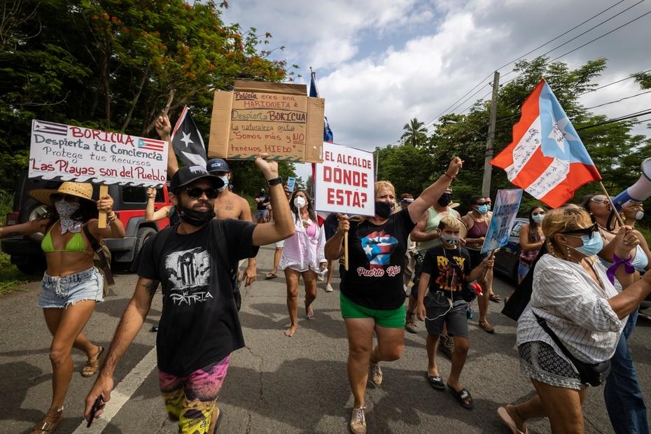 Grupo de ciudadanos protestan en una marcha desde la playa Los Almendros en contra de la construccion de una piscina en el condominio Sol y Playa.