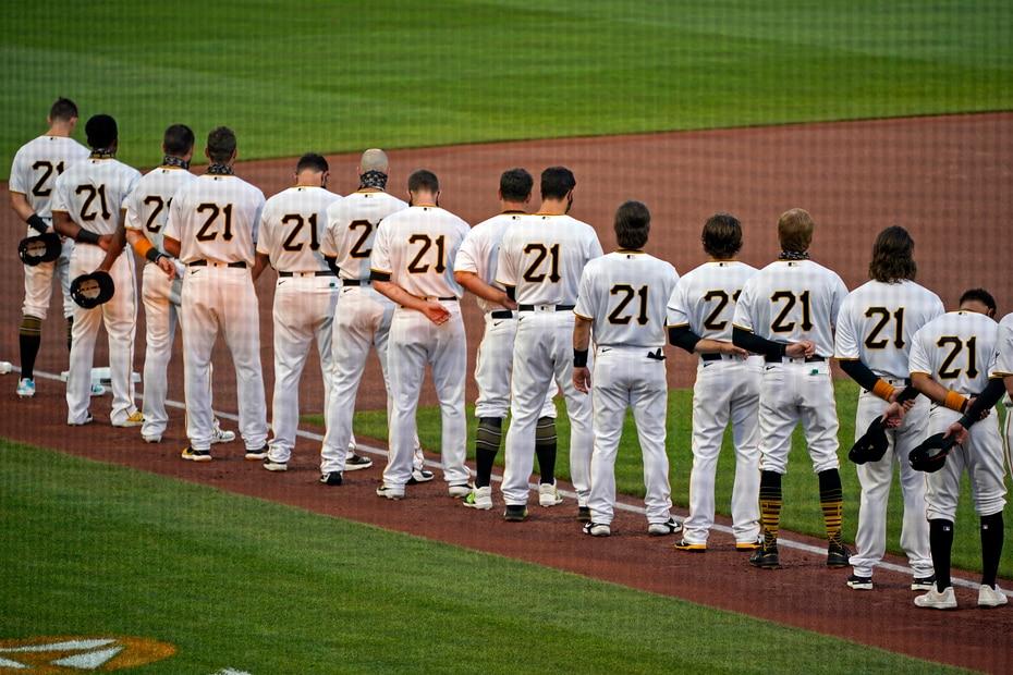Los integrantes de los Pirates de Pittsburgh durante la ceremonia en honor a Roberto Clemente que se llevó a cabo en el PNC Park de Pittsburgh.