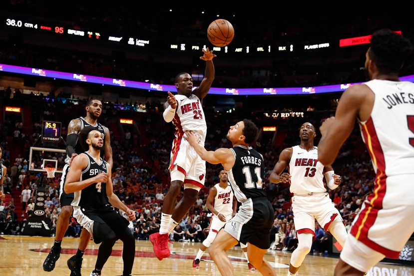 El base del Heat de Miami Kendrick Nunn pqasa el balón sobre el base de los Spurs de San Antonio Bryn Forbes. (AP / Brynn Anderson)