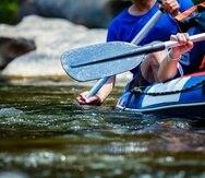 El grupo de nueve personas flotaba en el río en sus balsas inflables cuando cayó al embalse.