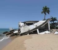 Una propiedad afectada en la playa Córcega de Rincón.