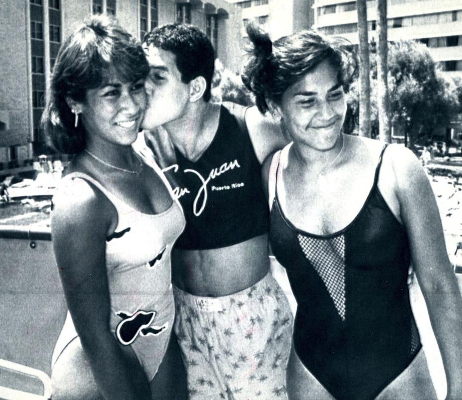 """Nuevamente con sus famosas camisas estilo """"Crop top"""", Camacho posa junto a dos acompañantes en trajes de baño. (Archivo)"""