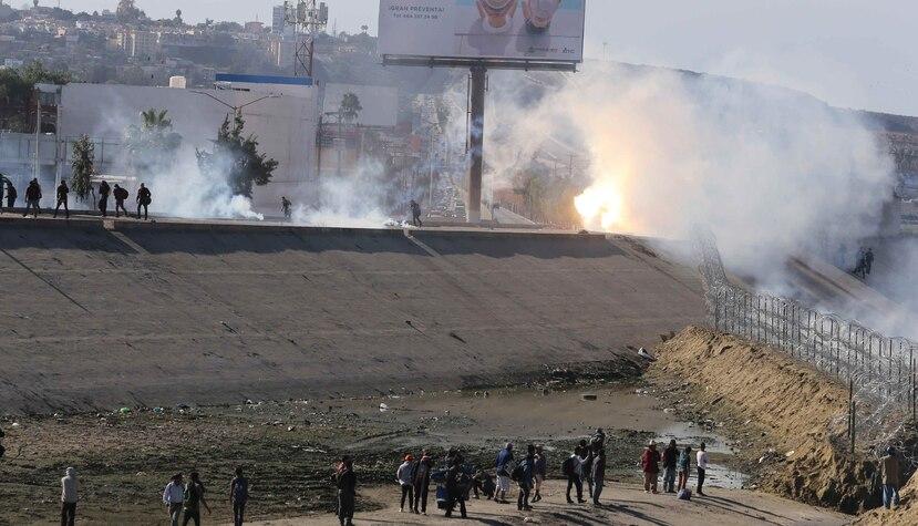 Un grupo de migrantes de la caravana de centroamericanos intentó cruzar el muro fronterizo entre México y EE.UU. (EFE)