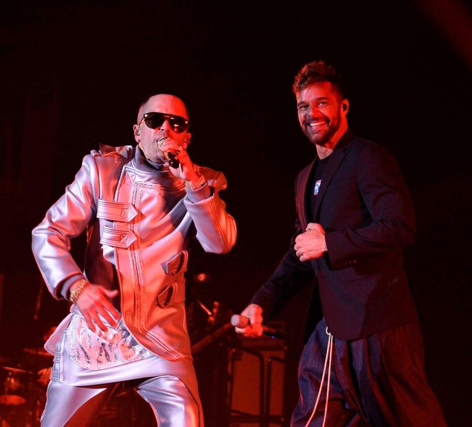 Ricky Martin lució pantalón azul marino, chaqueta negra y la camiseta con la bandera de Puerto Rico, pintada por sus gemelos, que vende su fundación para ayudar a reconstruir a la isla luego del paso del huracán María