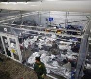 Niños duermen en el centro de detención de Donna, Texas, del Departamento de Seguridad Nacional para menores no acompañados.