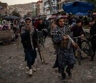 Combatientes talibanes patrullan un mercado en la ciudad vieja de Kabul, Afganistán.
