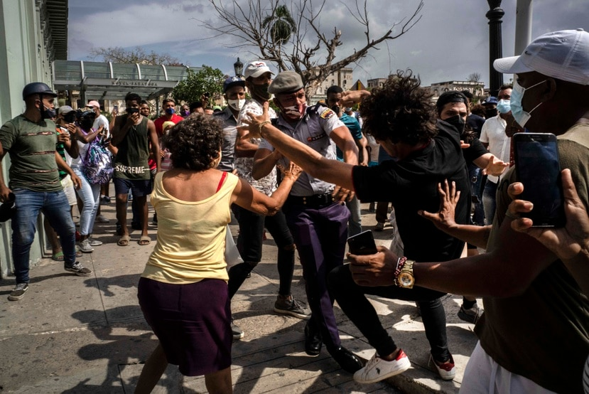 La policía pelea y detiene a un manifestante antigubernamental durante una protesta en La Habana, Cuba.