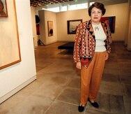 La artista Myrna Báez posa frente a una de sus obras. (GFR Media)