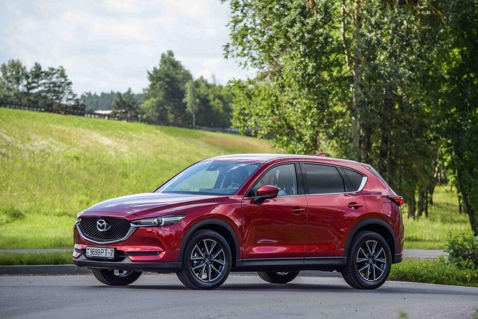 Mazda CX-5   Con mayor lujo y menos espacio que la mayoría de sus competidores en el segmento de SUVs compactas, la CX-5 también ofrece tracción en las cuatro ruedas. (Shutterstock.com)