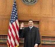 El puertorriqueño Gustavo Gelpí levanta su mano derecha durante la juramentación como juez del Tribunal de Apelaciones del Primer Circuito de Boston.
