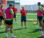 Dave Sarachan imparte instrucciones antes de la sesión de entrenamiento del equipo en lunes en Mayagüez.