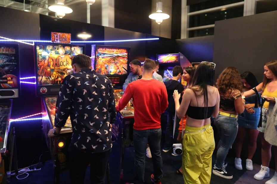 """Decenas de fanáticos aprovecharon para entretenerse en el """"Game Room""""."""