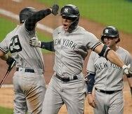 El encuentro del lunes ante los Rays de Tampa Bay se mantuvo cerrado hasta que Giancarlo Stanton, al centro, pegó un cuadrangular con las bases llenas el lunes para despegar a sus Yankees rumbo al final de 9-3.