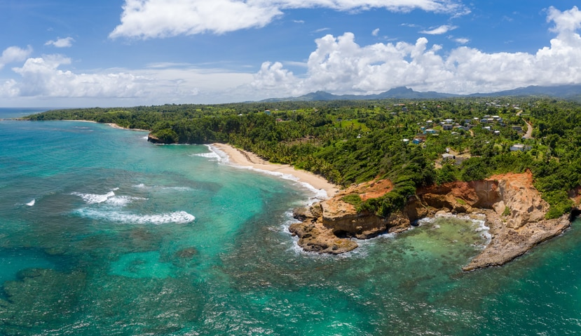 Dominica es conocida por sus playas de arena volcánica, sus cascadas, aguas termales, bosques y parques nacionales, como el de Morne Trois Pitons