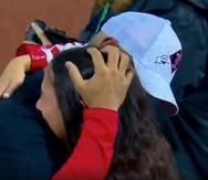 Alex Cora  tuvo un prolongado abrazo en el terreno del Fenway Park de Boston con su hija Camila.