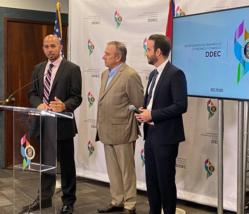 El economista José Caraballo Cueto, izquierda, presentó los hallazgos en la sede del DDEC. Lo acompañan el secretario Manuel Cidre y el director de la Oficina de Incentivos para Negocios del DDEC, Carlos Fontán (derecha).