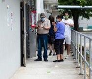 """Guaynabo, Puerto Rico, Agosto 9 , 2020 - MCD - FOTOS para ilustrar una historia sobre el evento electoral primarista (primarias). La foto se realizó en el día 146 (LUNES) del toque de queda total como medida de minimizar la propagación del Coronavirus (COVID-19). EN LA FOTO una vista del proceso en la Escuela Ramón Marín de Guaynabo - no se habían presentado problemas hasta el momento, mas allá de la molestia de los electores de la lentitud del proceso debido a las medidas de seguridad en contra del Coronavirus. FOTO POR:  tonito.zayas@gfrmedia.comRamon """"Tonito"""" Zayas / GFR Media"""