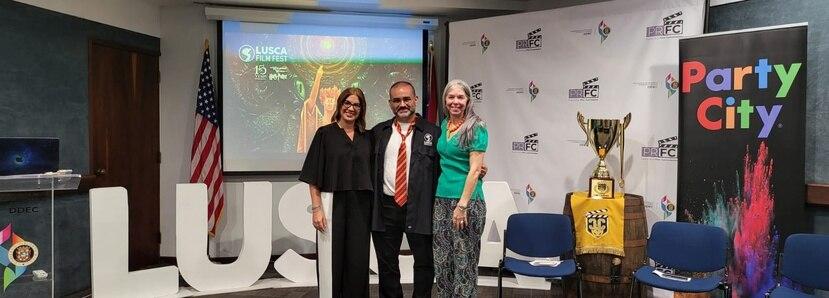 De izquierda a derecha Maite Jordán, directora del programa de Rones de Puerto Rico; Zoilo Rodríguez, productor de LUSCA Film Fest; y Rosi Acosta, directora del Programa de Desarrollo de la Industria Cinematográfica.