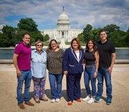 El grupo de cabilderos por la estadidad posa con la comisionada residente frente al Capitolio federal en Washington DC.