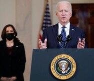 El presidente Joe Biden, acompañado por la vicepresidenta Kamala Harris, habla el martes 20 de abril de 2021, en la Casa Blanca, en Washington.