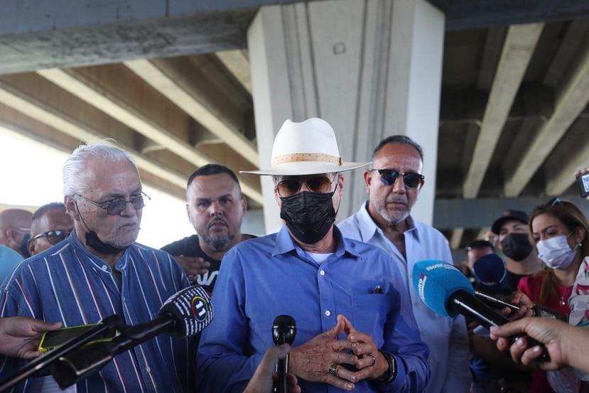 Los transportistas ofrecieron hoy, miércoles, una conferencia de prensa para explicar que permanecen en asamblea permanente. En el centro de la foto el abogado Rolando Emanuelli.