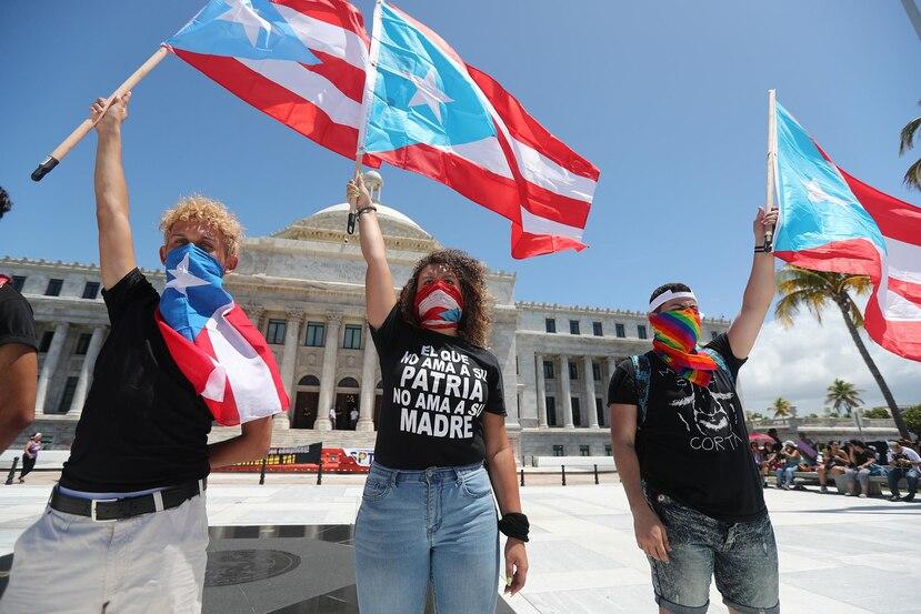 Minnelly Angueira Martínez, a la derecha, acudió a varias de las manifestaciones contra Ricardo Rosselló. (GFR Media)