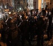 Decenas de manifestantes se dieron cita ayer frente a La Fortaleza, para exigir la renuncia del gobernador.