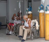 Durante la última semana, en hospitales de la capital dominicana, se vieron escenas como la de arriba en Moscoso Cuello: pacientes atendidos en las afueras de las instalaciones.