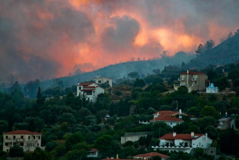 En esta fotografía del 24 de agosto de 2019 se muestra un incendio forestal cerca de la localidad de Pythagorio, en la isla griega de Samos. (AP/Michael Svarnias)