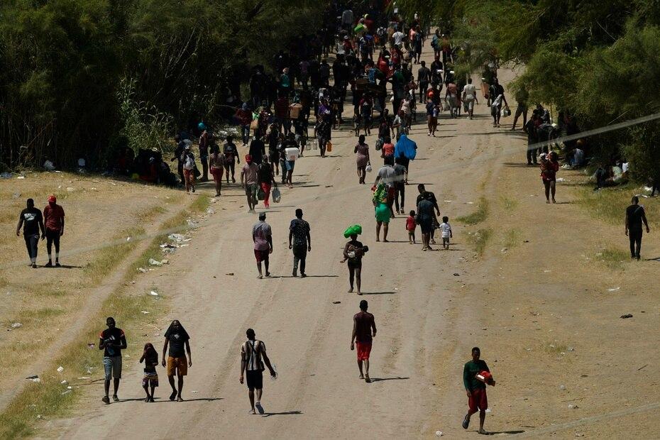 Las autoridades federales indicaron que los migrantes establecieron un campamento bajo condiciones infrahumanas debajo de un puente en El Río, en Texas.