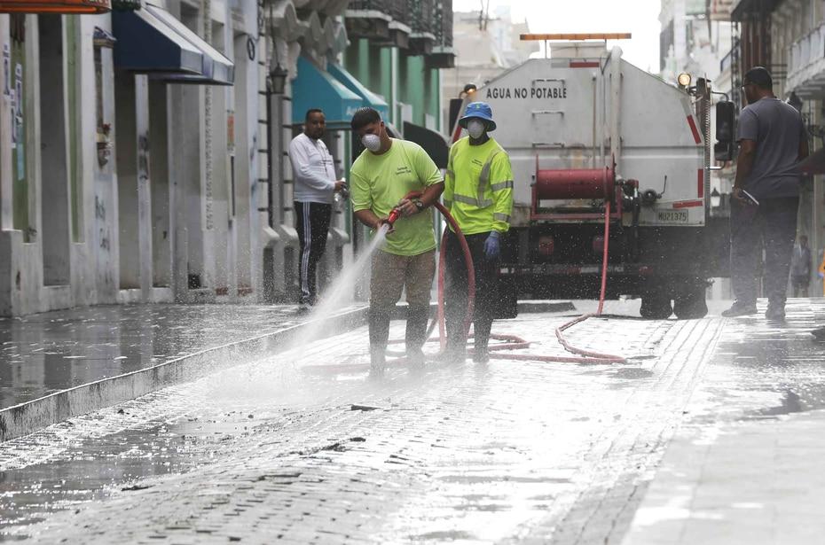 A eso de las 10:00 p.m. ocurrió un incendio en uno de los contenedores de basura en la calle Fortaleza del Viejo San Juan, muy cerca del Palacio de Santa Catalina. Empleados limpian las calles.