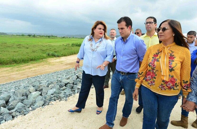 La comisionada residente, Jenniffer González, el gobernador Ricardo Rosselló y la alcaldesa de Barceloneta, Wanda Soler.