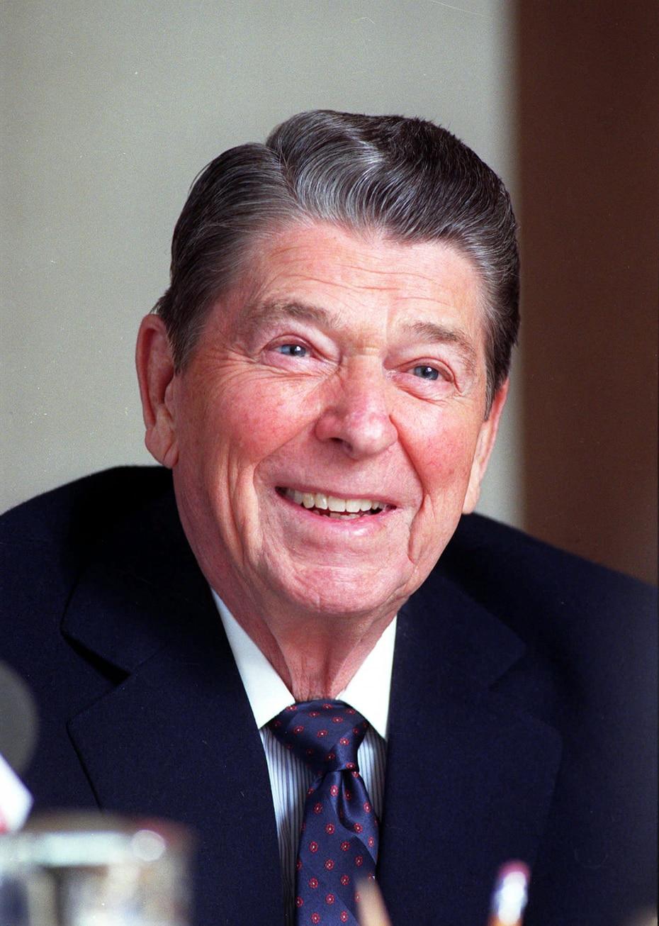 Ronald Wilson Reagan fue un actor y político estadounidense, el cuadragésimo presidente de los Estados Unidos entre 1981 y 1989 y el trigésimo tercer gobernador del estado de California entre 1967 y 1975. En el 1985 se sometió a una intervención quirúrgica en la que le fue extirpado un tumor benigno del colon.